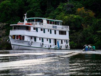 Barco de pescaria na Amazônia